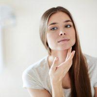 Có nên dùng kem dưỡng da khi đang bị mụn?