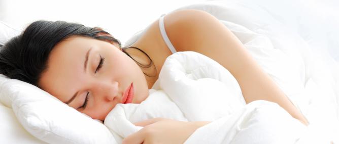 Nằm ngủ sai tư thế có thể làm cho da bị khô và mọc đầy mụn.