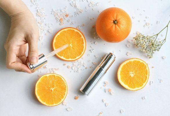 Vitamin C có tác dụng trong việc làm mờ vết thâm, nám, tàn nhang và hạn chế nguy cơ bị sẹo mụn.