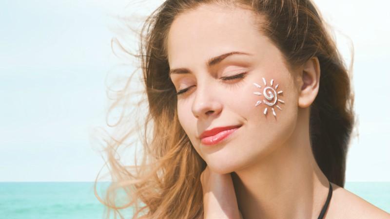 Dùng kem chống nắng để bảo vệ da