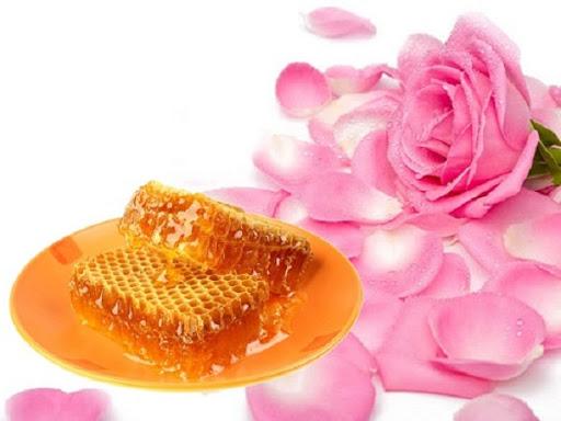 Hoa hồng kết hợp với sáp ong giúp mang lại hiệu quả rất tốt, không chỉ giúp da đẹp tự nhiên mà còn làm sáng da hiệu quả.