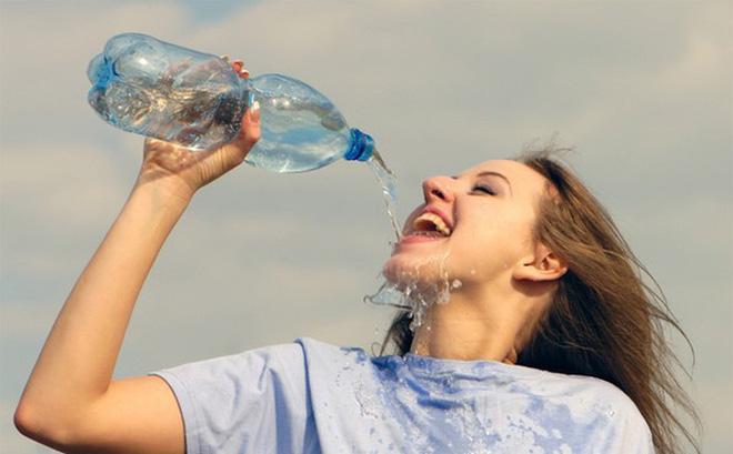 Nước sẽ giúp cơ thể đào thải độc tố, và giúp giữ ẩm cho làn da của bạn, loại bỏ sắc tố đen trên da