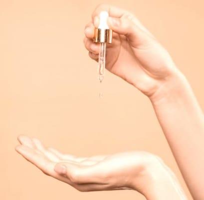 Serum dành cho da dầu mụn nên có kết cấu dạng lỏng